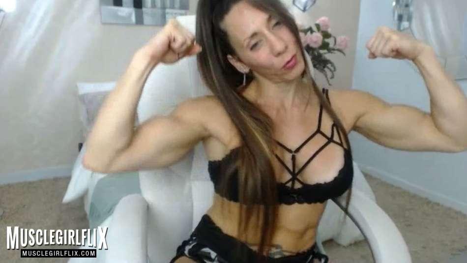 Larissa Reis flexing her big biceps