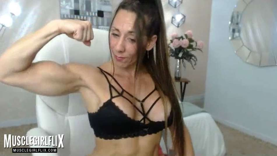 webcam girl larissa reis flexing her big biceps