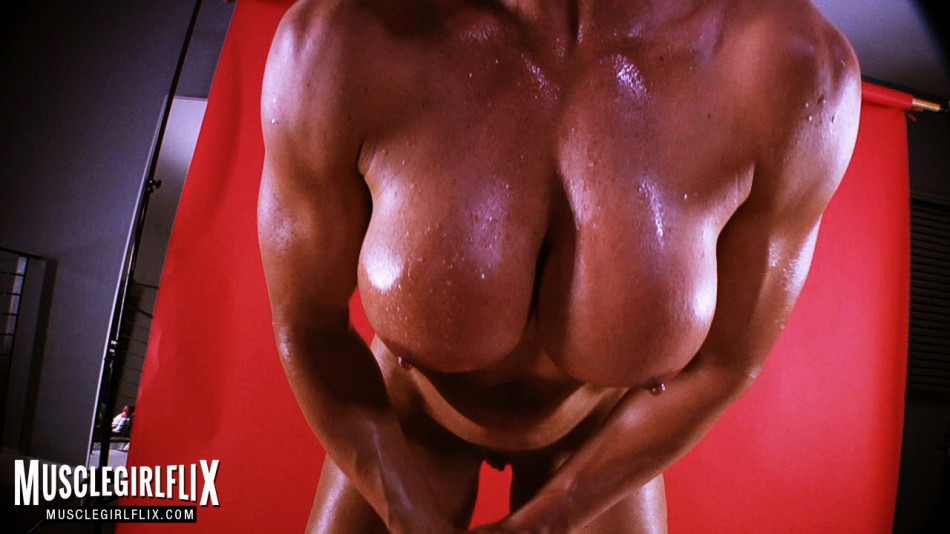 big hanging boobs on female bodybuilder