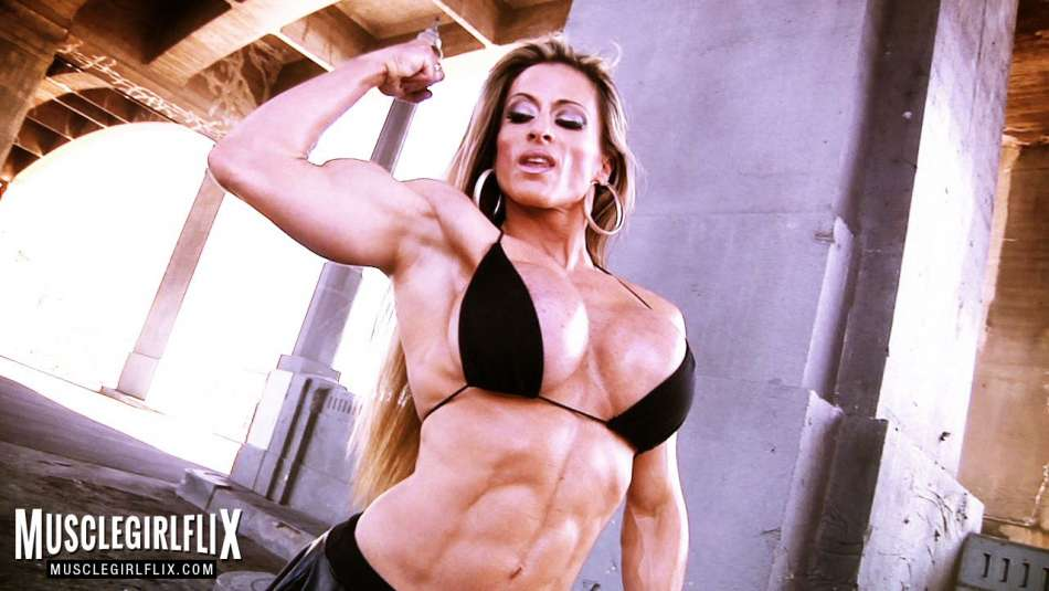 Maria Garcia flexing her hard thick biceps
