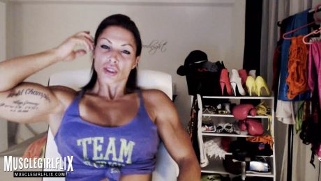 Beauty and Flexing on Webcam MuscleBabe