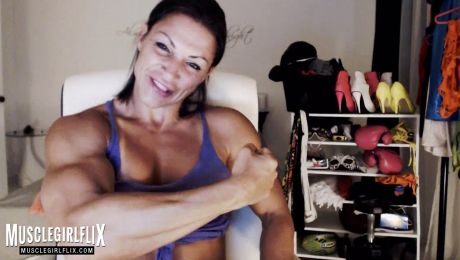 Live Female Bodybuilder Webcam Flexing MuscleBabe
