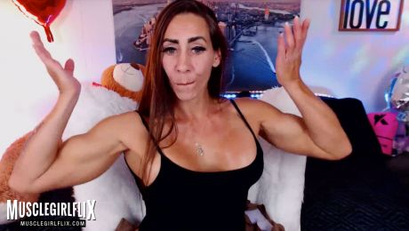 Muscular Cam Girl Ready to Chat Larissa Reis