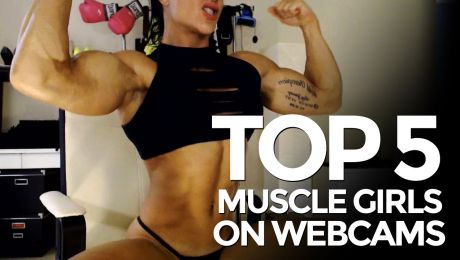 MuscleBabe flexing her biceps on cam