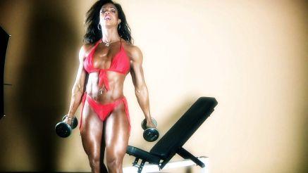 Alexis Ellis working out her biceps.