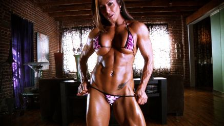 brazilian female bodybuilder flexing her hardbody