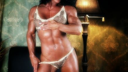 female bodybuilder flexing her tight abs.