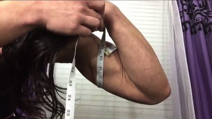 muscle girl kiki mania pumping up her biceps