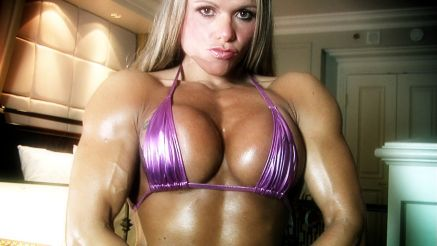 Larissa Reis showing her pec flex