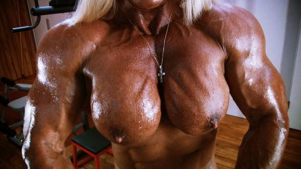huge naked female bodybuilder flexing muscle