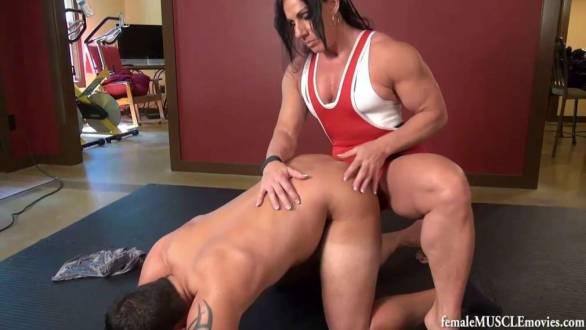 guy gets pegged by female bodybuilder