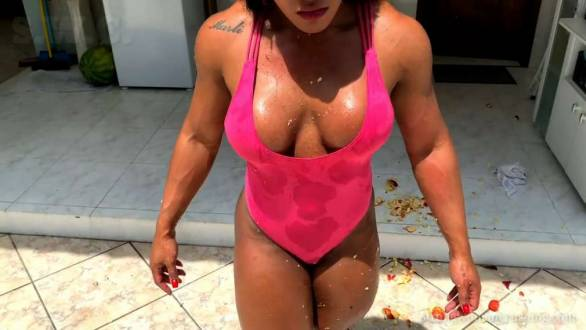strong woman Alessandra Alvez crushing apples