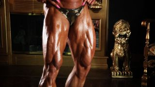 Female Bodybuilder Brigita Brezovac flexing her huge thighs.