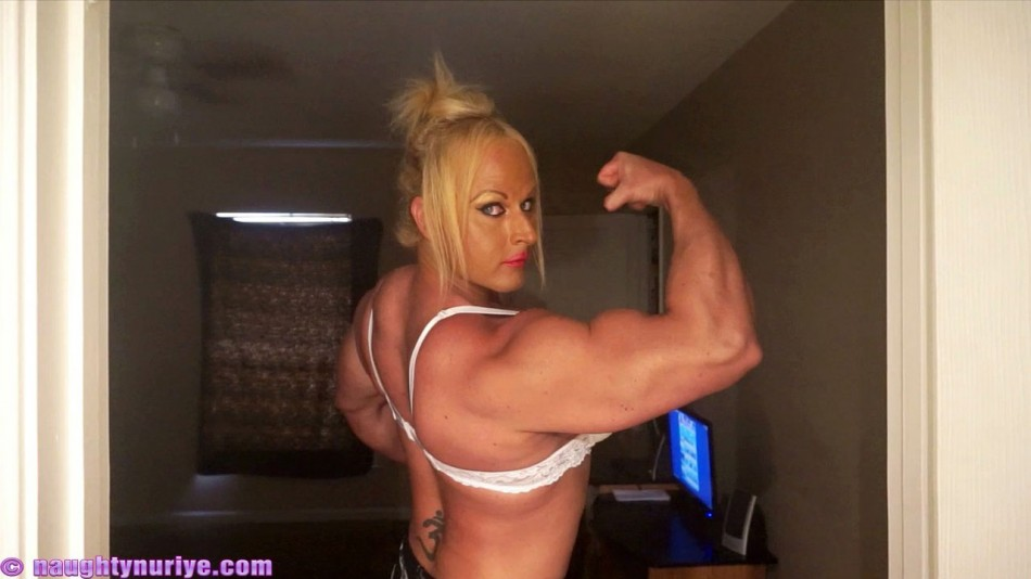 Nuriye Evans showing off her massive bicep