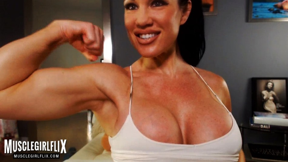 Samantha Kelly flexing her thick bicep
