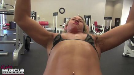 Diva hot muscle girl at the gym